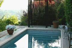Structure en bois à côté de la piscine