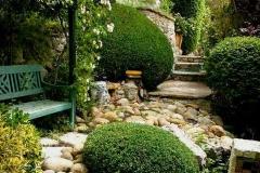 Sculptures dans le jardin de galets